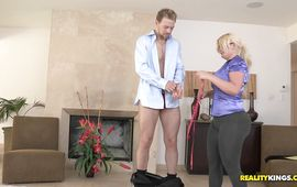 Wonderful girlie Julie Cash rides a hung lad until they one as well as the other get to agonorgasmos
