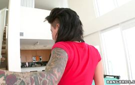 Cheerful arse gal Christy Mack is kneeling on the floor and sucking chili dog